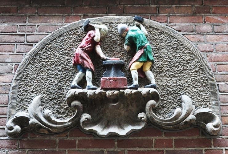 Het pand op de hoek van de warmoesstraat met de heintje hoekssteeg heette oorspronkelijk de - Steen ijzer smeden ...